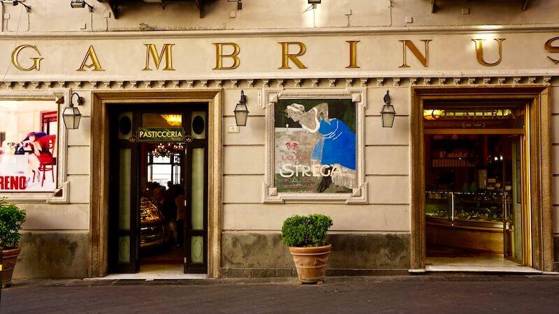 Gran Caffè Gambrinus è un luogo storico a Napoli dove assaggiare specialità tipiche e scoprire un luogo carico di storia e arte