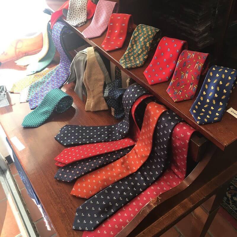 La Cravatta su misura è un laboratorio artigianale di Roma che offre un'ampia selezione di cravatte e accessori personalizzati e Made in Italy