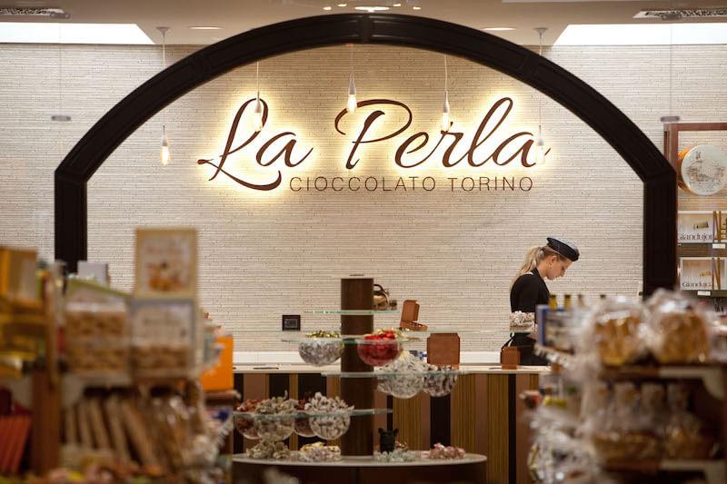La vetrina del negozio La Perla di Torino