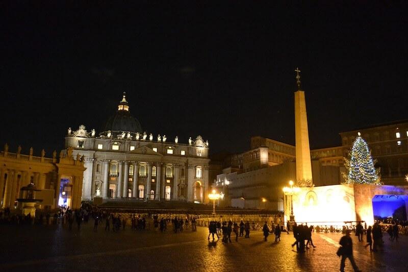 Le vie dello shopping di Roma si animano di luci e colori a Natale