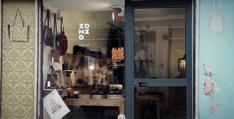 Una bottega in cui vengono realizzate borse originali e fatte a mano