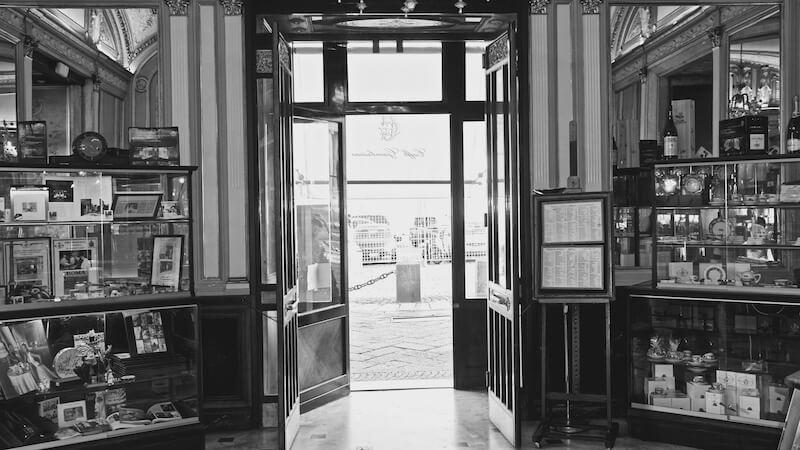 Gran Caffè Gambrinus a Napoli offre ottimo caffè in un ambiente storico e ricco di arte